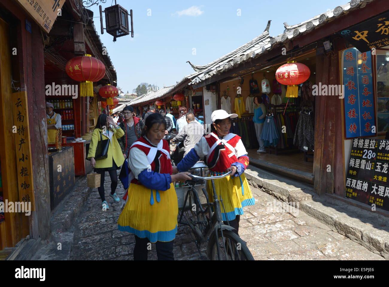 Naxi, minorías y jóvenes profesionales de otras partes de China en Dayan, la ciudad vieja de Lijiang, Imagen De Stock
