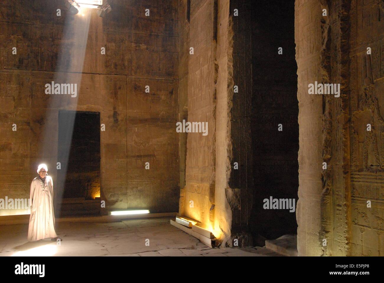 El exterior de la sala hipóstila salen en el templo de Dendera Hathor, necrópolis, Qena, en el valle del Nilo, Egipto, Foto de stock