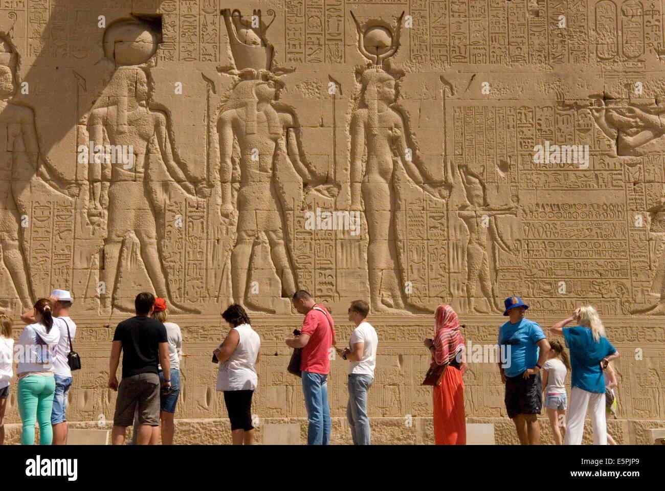 Tallados en la pared exterior del templo de Dendera Hathor, necrópolis, Qena, en el valle del Nilo, Egipto, Imagen De Stock