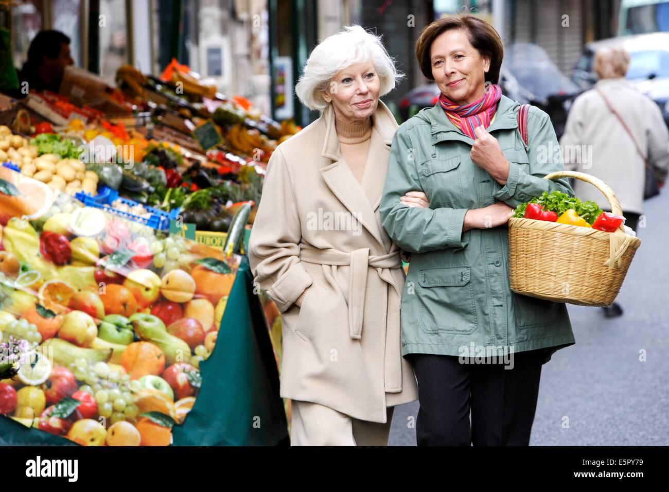 Mujer y anciana para compras de frutas. Imagen De Stock