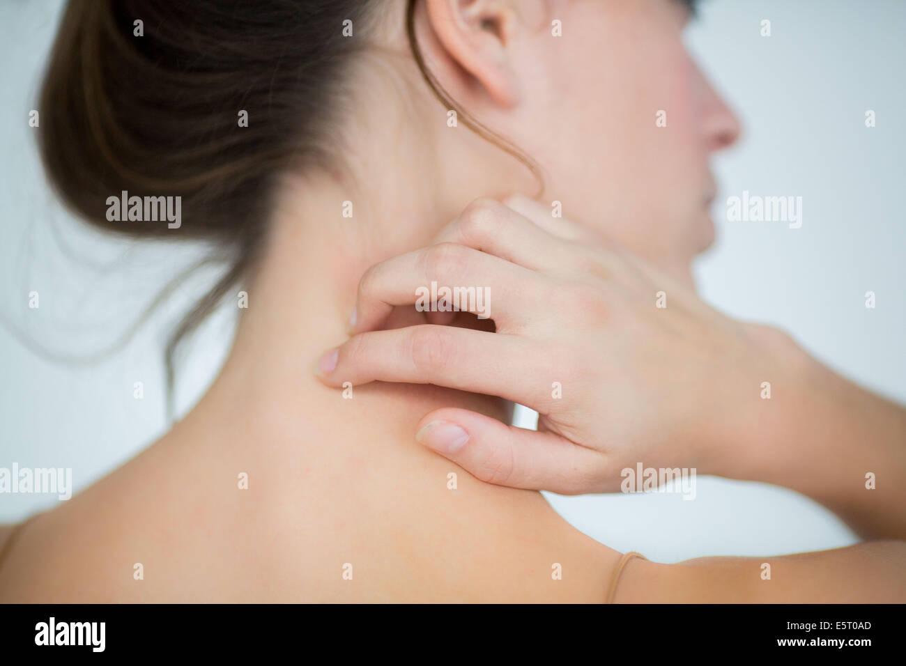 mujer comezón de su cuello foto imagen de stock 72441893 alamy