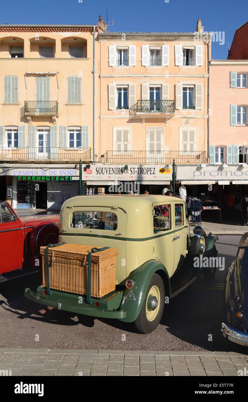 Saint Tropez & Vintage 1933 Citröen Rosalie coche o automóvil estacionado fuera de cafés en el Imagen De Stock