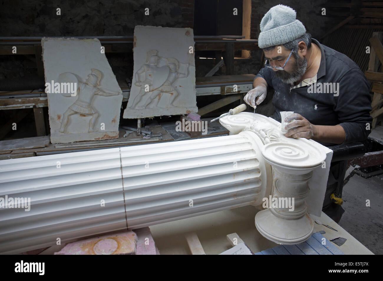 Artista esculpiendo columna de estilo jónico Selçuk Turquía Imagen De Stock