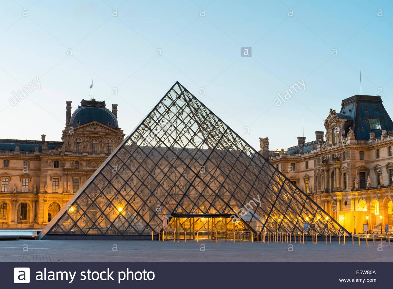 Patio y la pirámide de cristal del Louvre, París, al amanecer Îsle-de-France, Francia Foto de stock