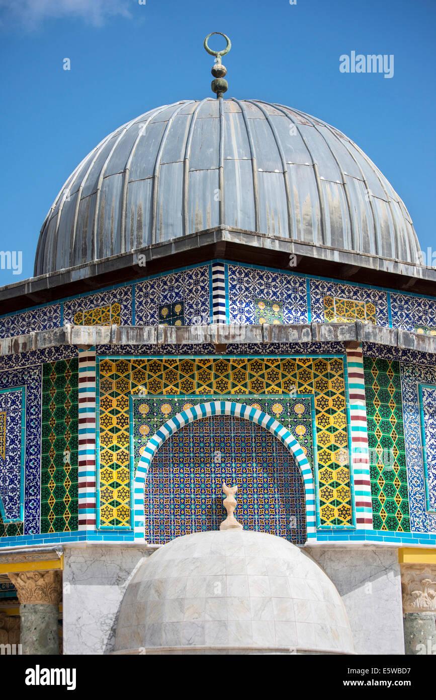 Close-up de cúpula ricamente decorados de la cadena en el complejo de Al-Aqsa, en Jerusalén, Israel. Imagen De Stock