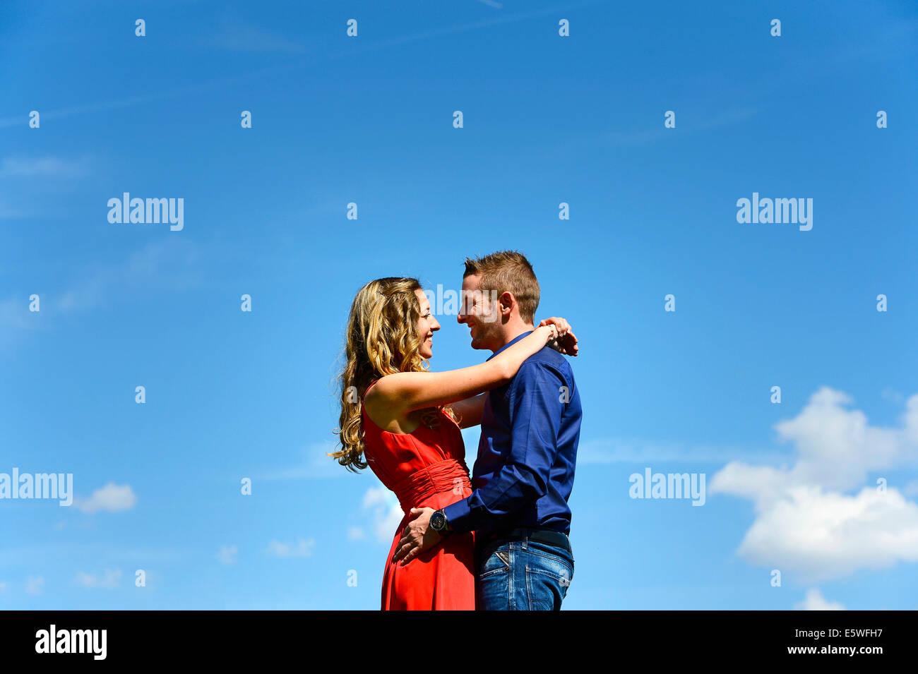 Los amantes contra un cielo azul, Austria Imagen De Stock
