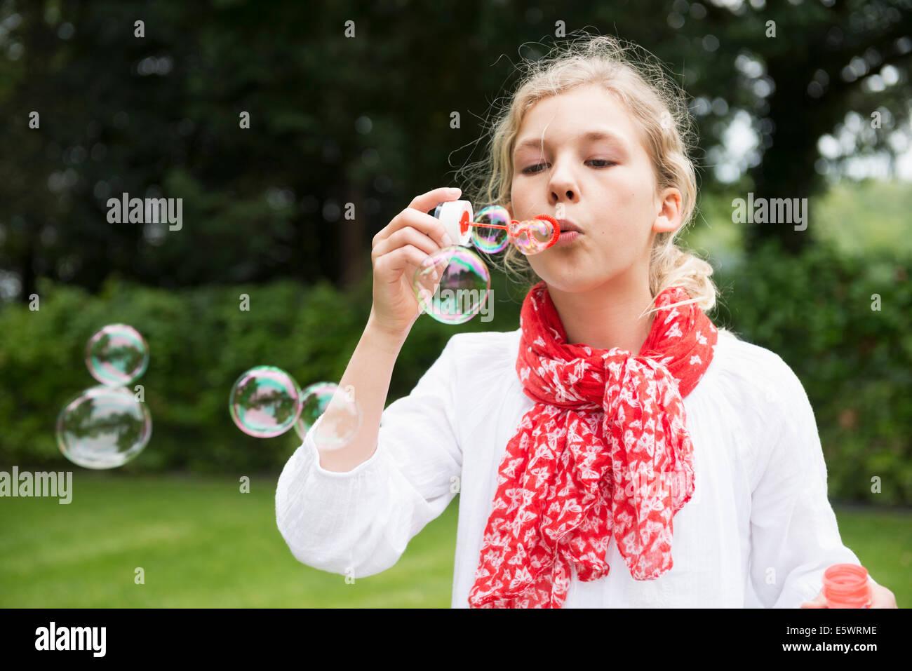 Niña soplando burbujas Imagen De Stock