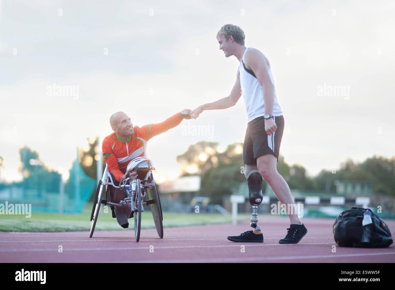 Atletas discapacitados haciendo fist bump Imagen De Stock