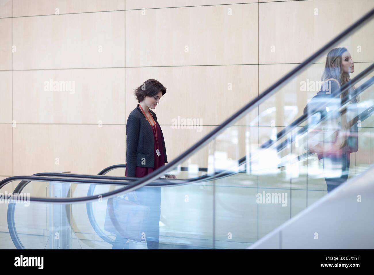 Movimiento de mujeres empresarias en el centro de conferencias ascensor Imagen De Stock