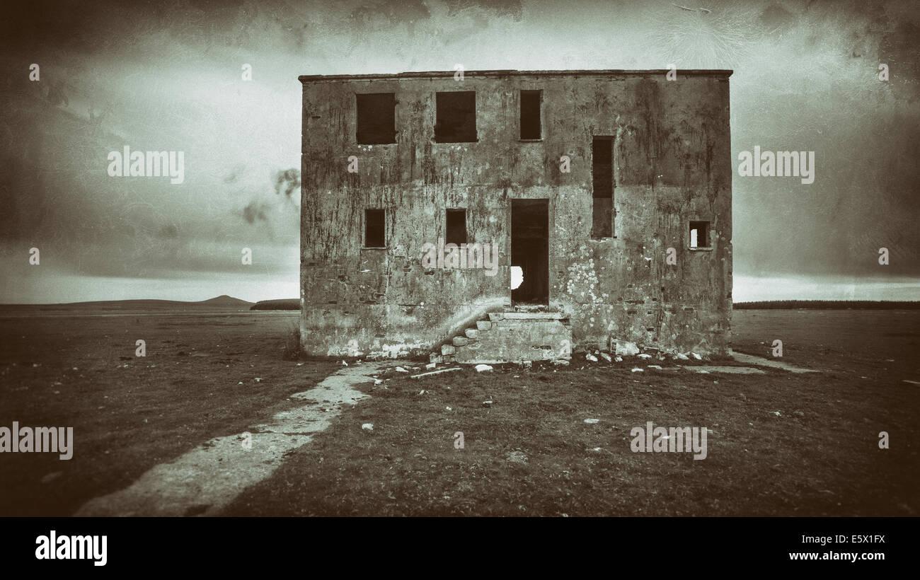 Foto antigua de un sombrío y aterrador Haunted House Imagen De Stock