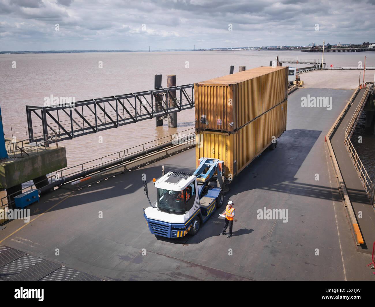 Vista elevada de camión y contenedor de envío en la rampa para el envío Imagen De Stock