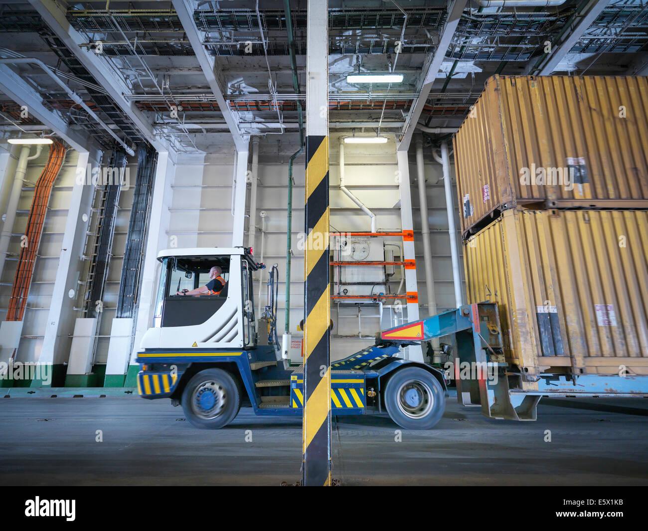 Camión contenedor dentro de la bodega del buque Imagen De Stock