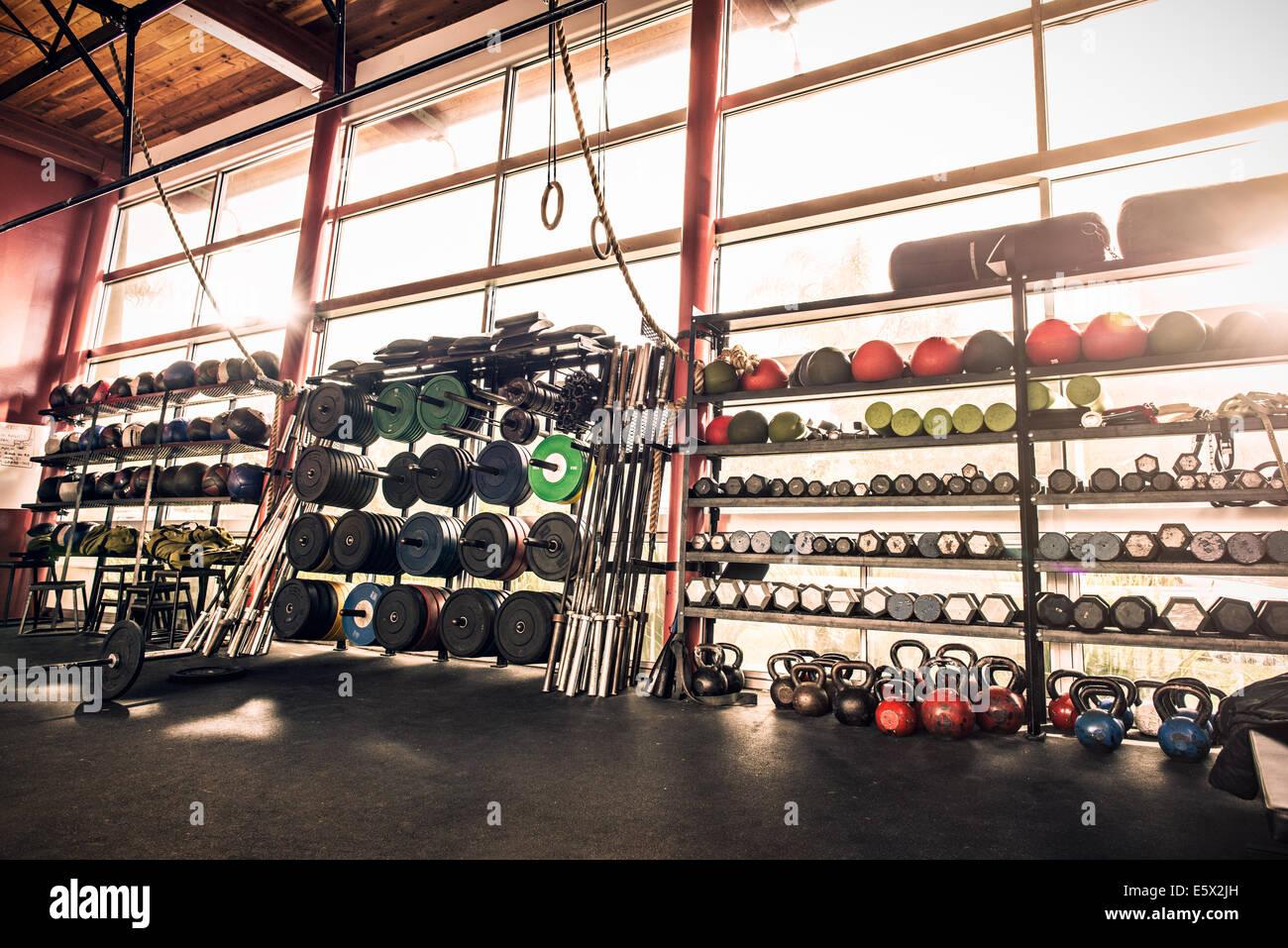 Equipo de gimnasio - gimnasio pesas, pelotas, kettle bells Imagen De Stock