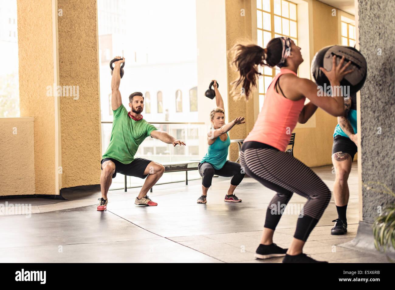 Grupo de adultos haciendo entrenar Imagen De Stock