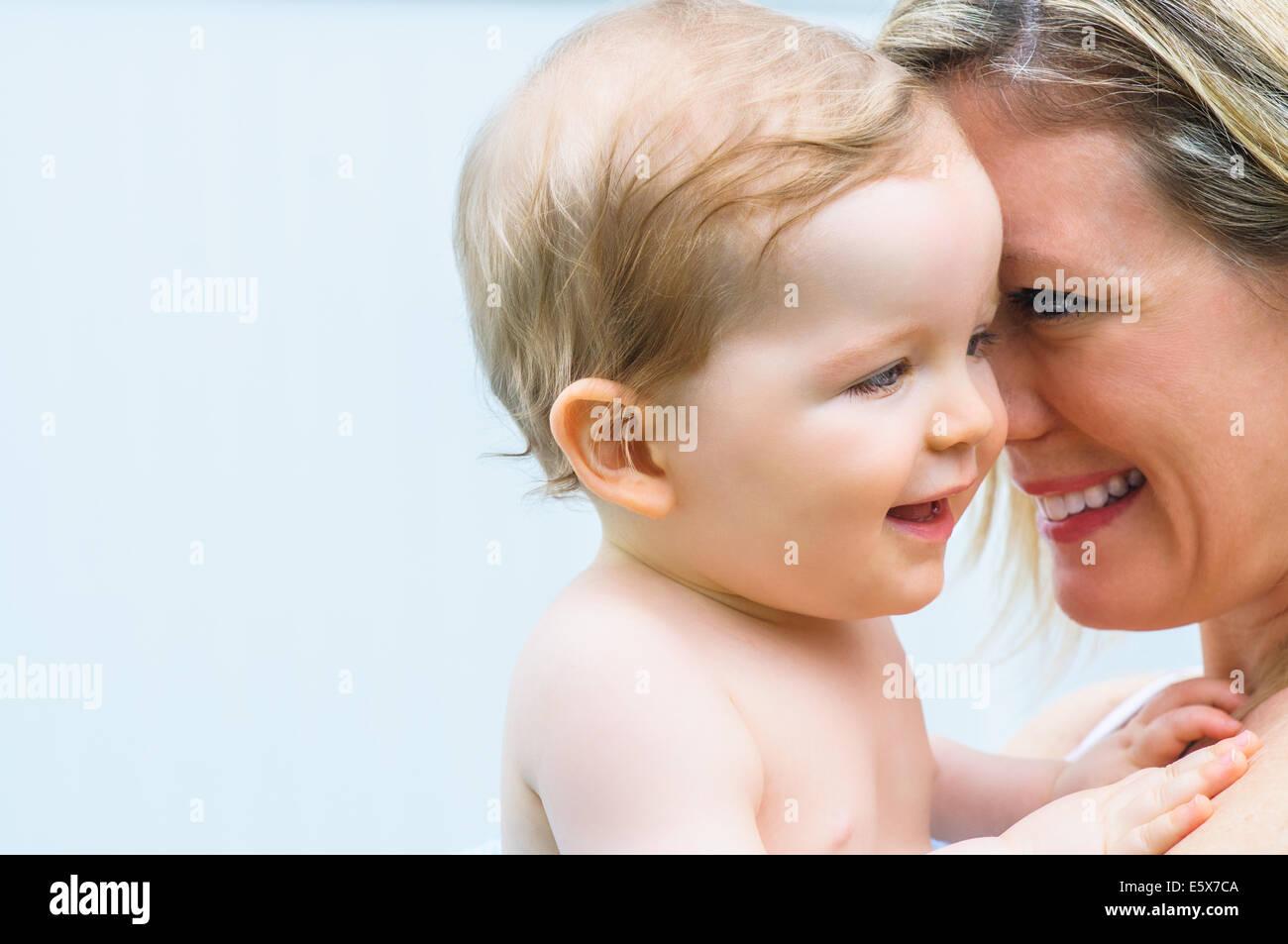 Retrato de licitación a mediados de adulto a la madre y al bebé niña Imagen De Stock