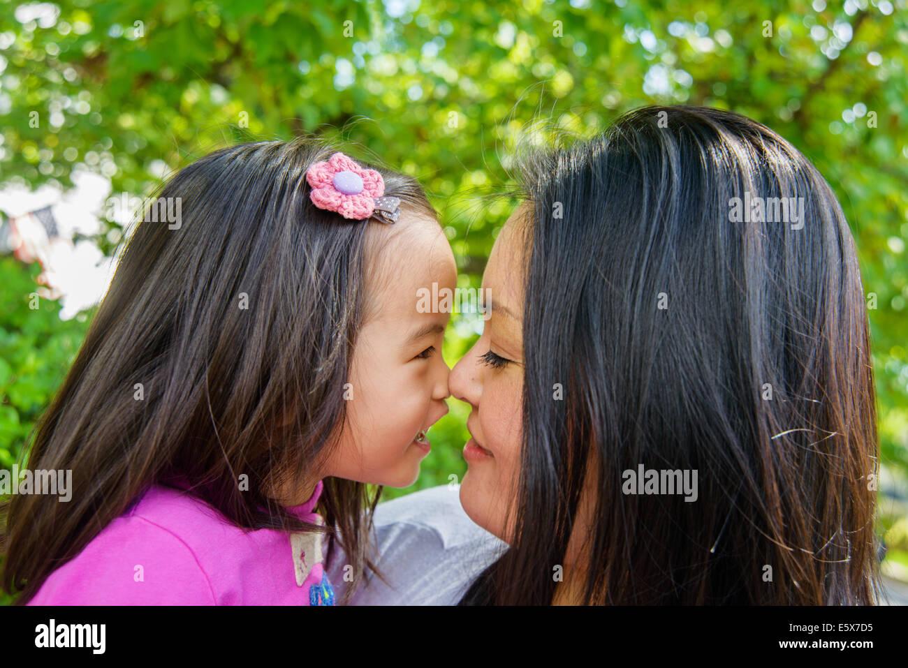 Retrato de mediados de adulto y niño niña madre nariz a nariz Imagen De Stock