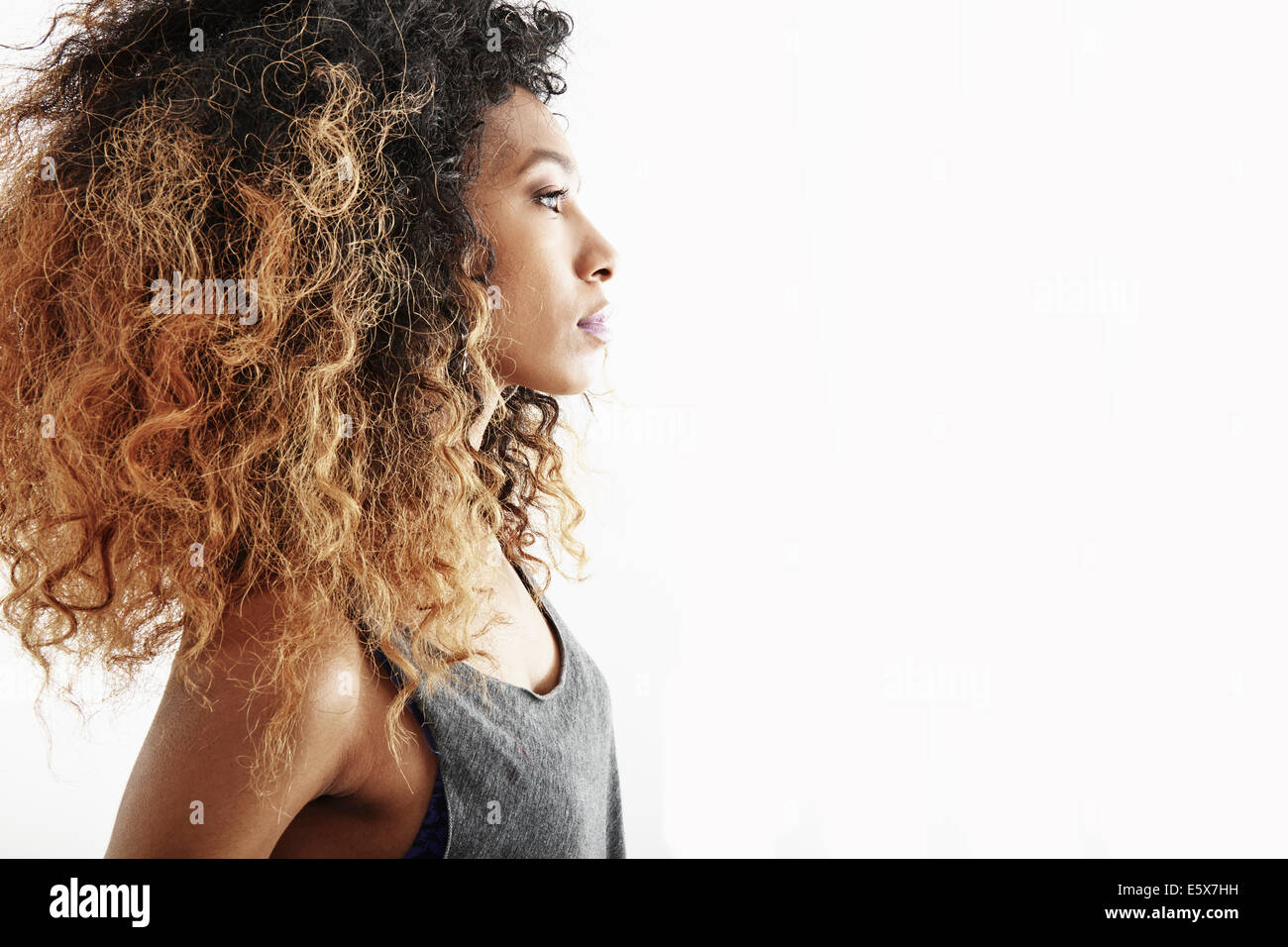 Studio Profile retrato de mujer joven serio Imagen De Stock