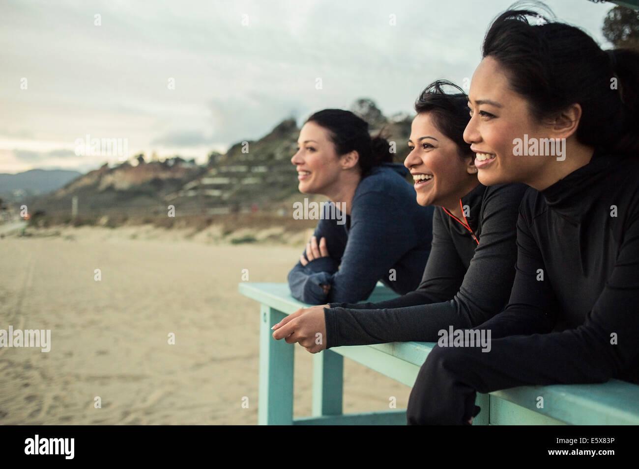 Los deportistas disfrutando de vistas sobre la playa Imagen De Stock