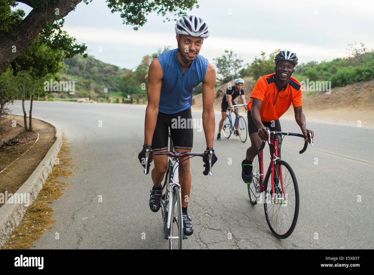 Los ciclistas en carretera ascendente Imagen De Stock