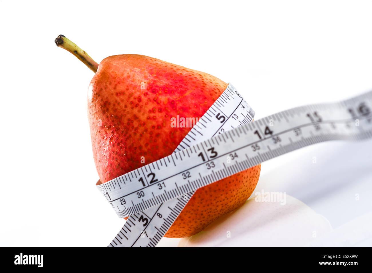 Pera roja con cinta métrica.La obesidad, pérdida de peso, la dieta. Imagen De Stock