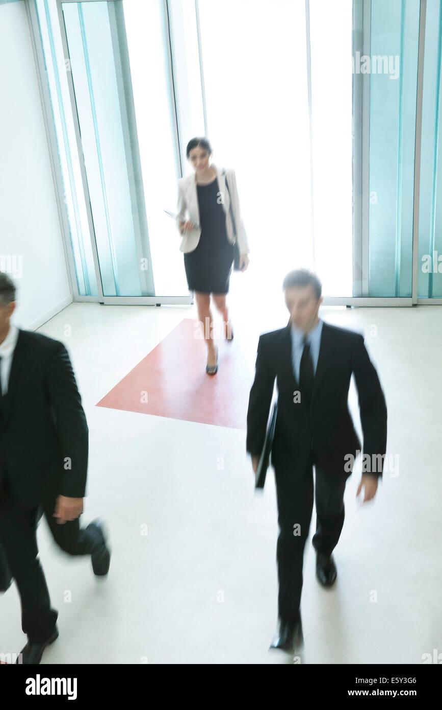 Los profesionales que llegan para otro día de trabajo Foto de stock