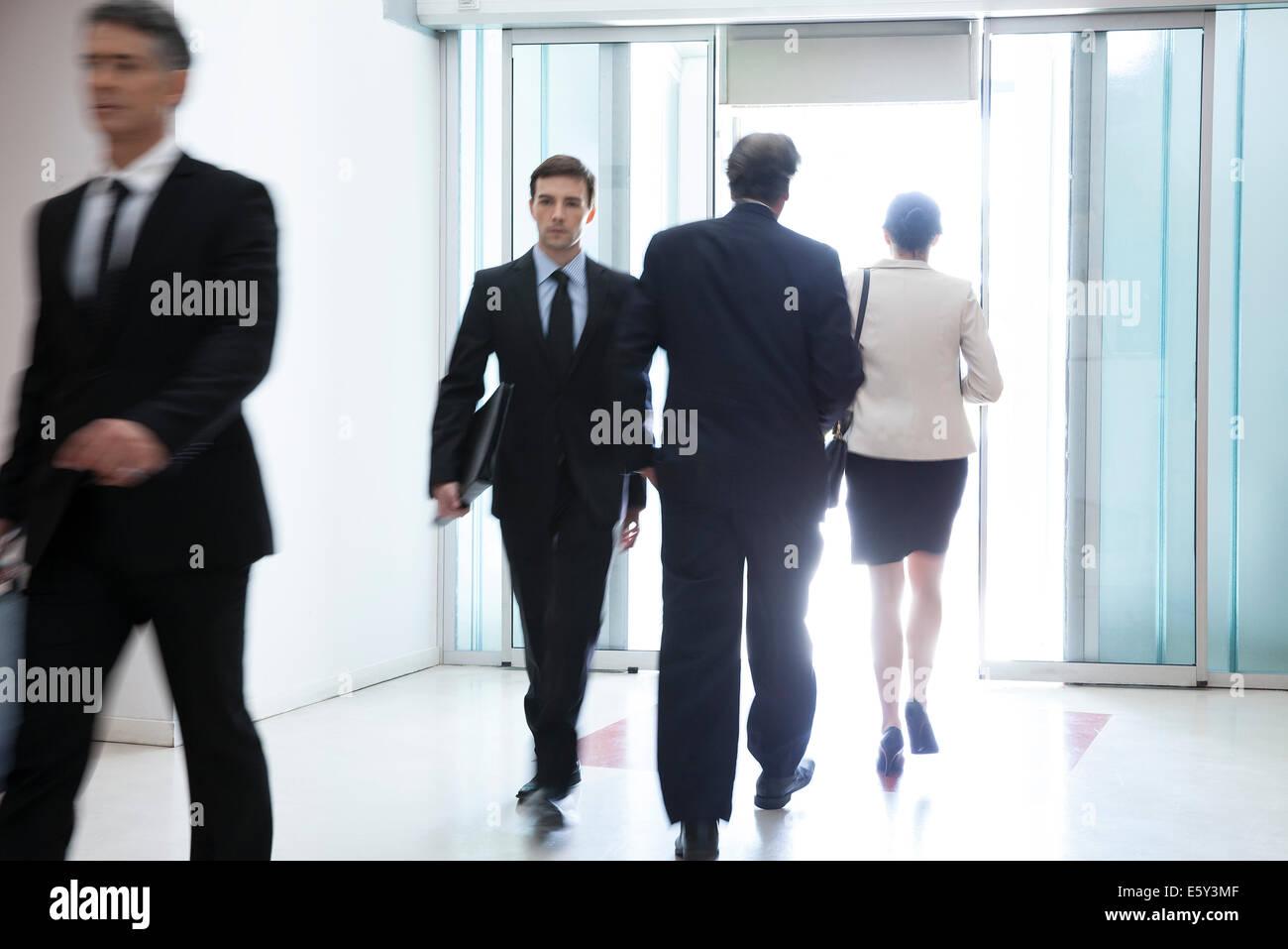 Los profesionales que pasa a través del vestíbulo del edificio de oficinas Imagen De Stock