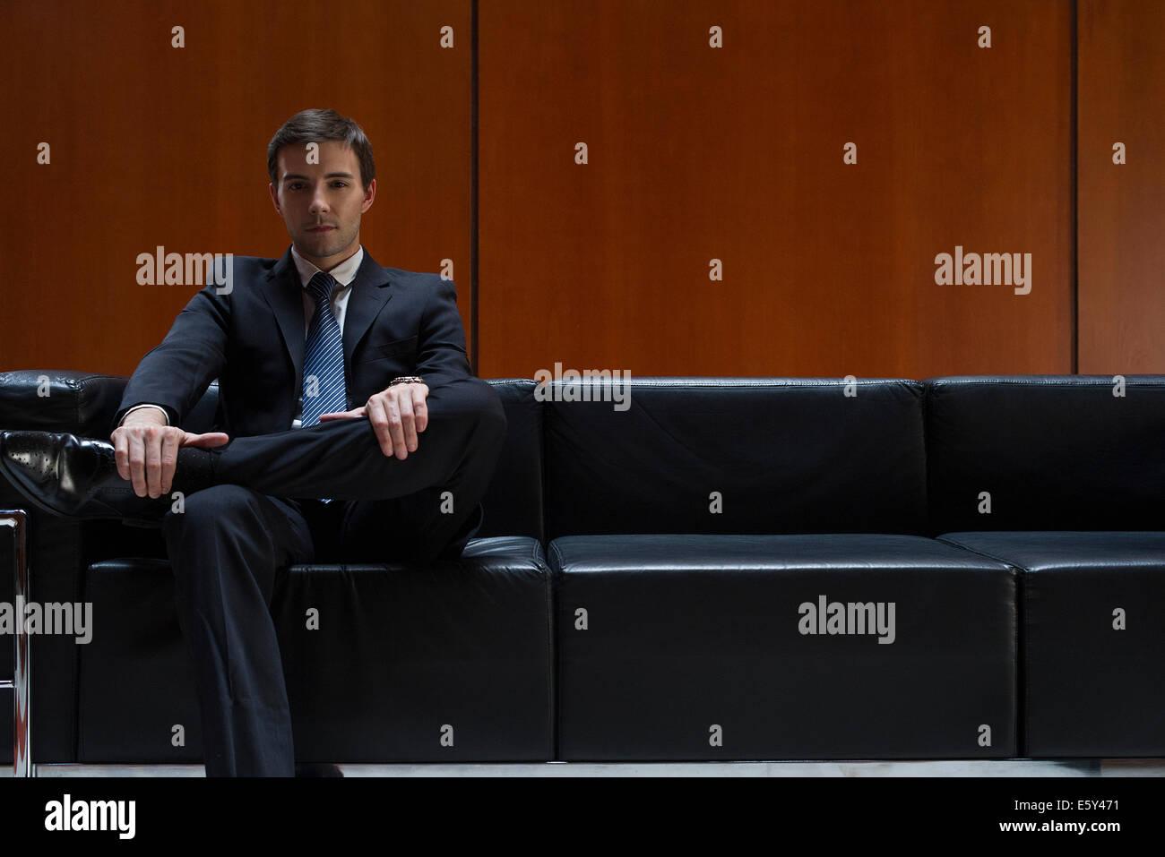 El empresario está sentado en la sala de espera, Retrato Imagen De Stock