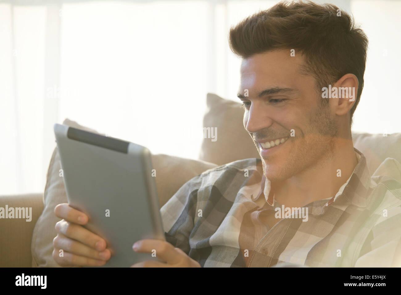 Tabletas digitales hacer videochats con amigos y seres queridos fácil Foto de stock
