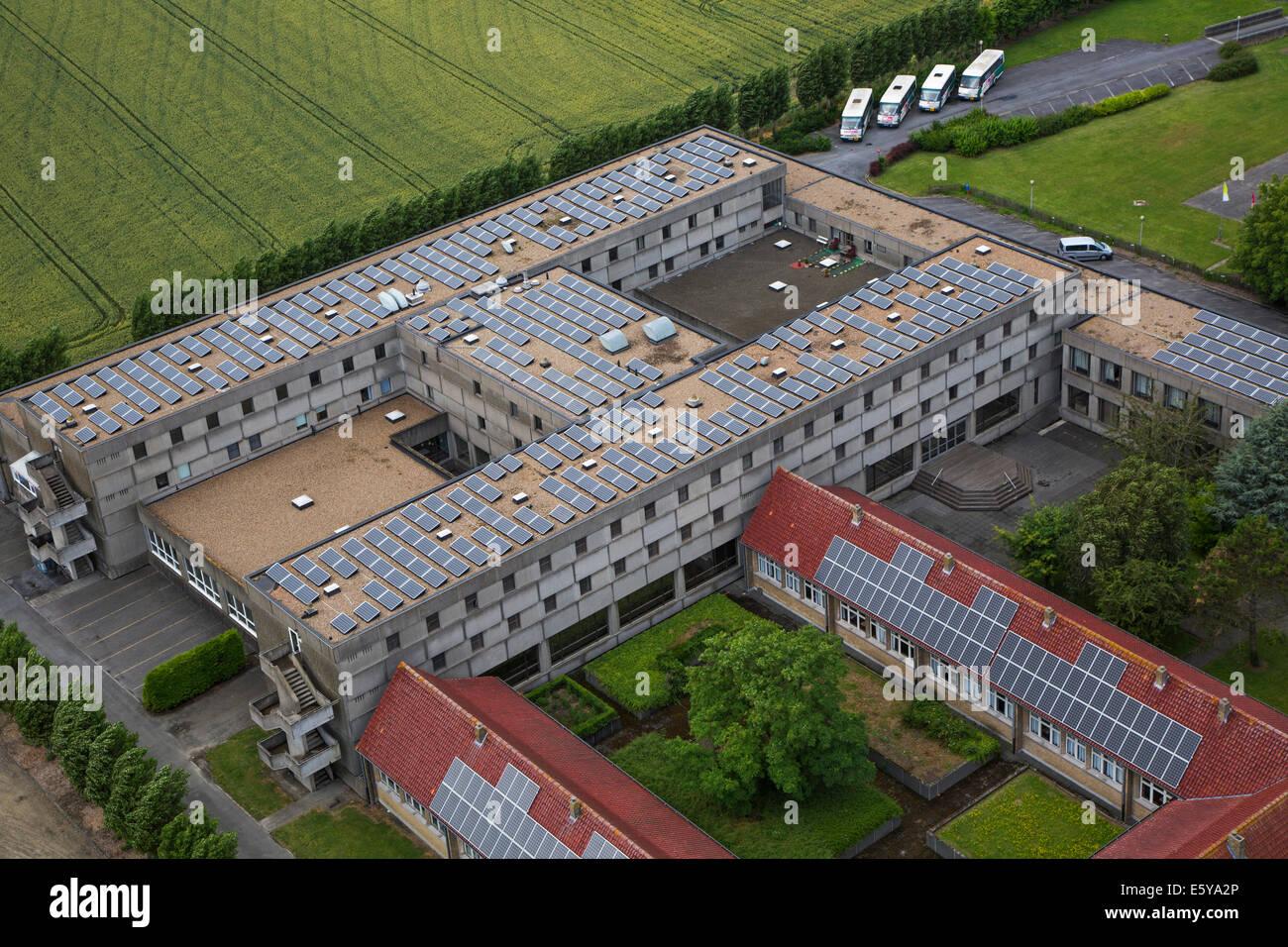 Los paneles solares fotovoltaicos en el techo de suministro de electricidad con energía solar para edificios Imagen De Stock