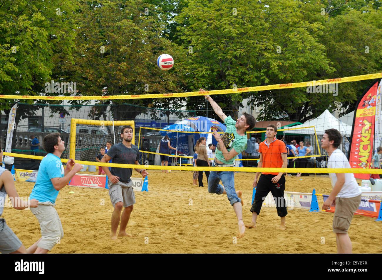 Mens baloncesto coinciden en el festival de juegos Flip en Parthenay Deux-Sevres Francia Imagen De Stock