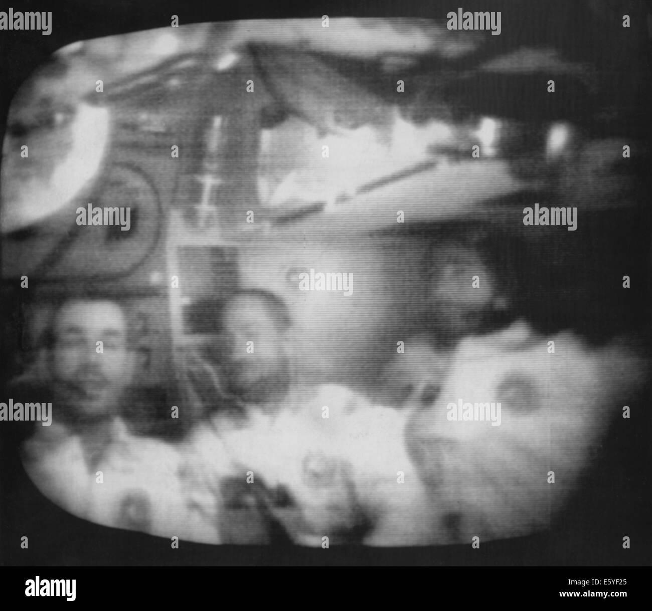 Los astronautas David Scott, Alfred Worden y James Irwin dando conferencia de prensa a bordo del Apolo 15, Agosto Imagen De Stock