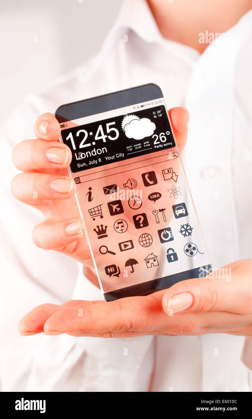 Teléfono inteligente (phablet futurista) con una pantalla transparente en manos humanas. Concepto Futuro real Imagen De Stock