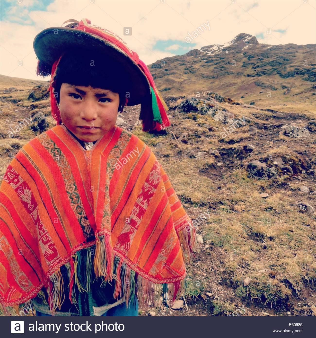 Un niño usando Quechua tradicional poncho y sombrero. Valle de Lares ccd2ac68212