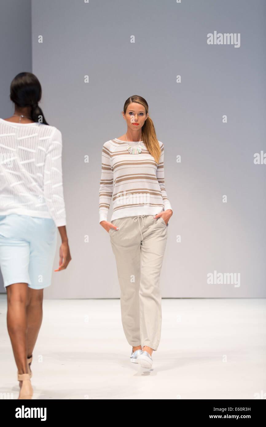 Birmingham, Reino Unido. 10 Aug, 2014. Desgaste de las mujeres en la Pasarela de Moda, diseños por Emreco Glasgow, Imagen De Stock