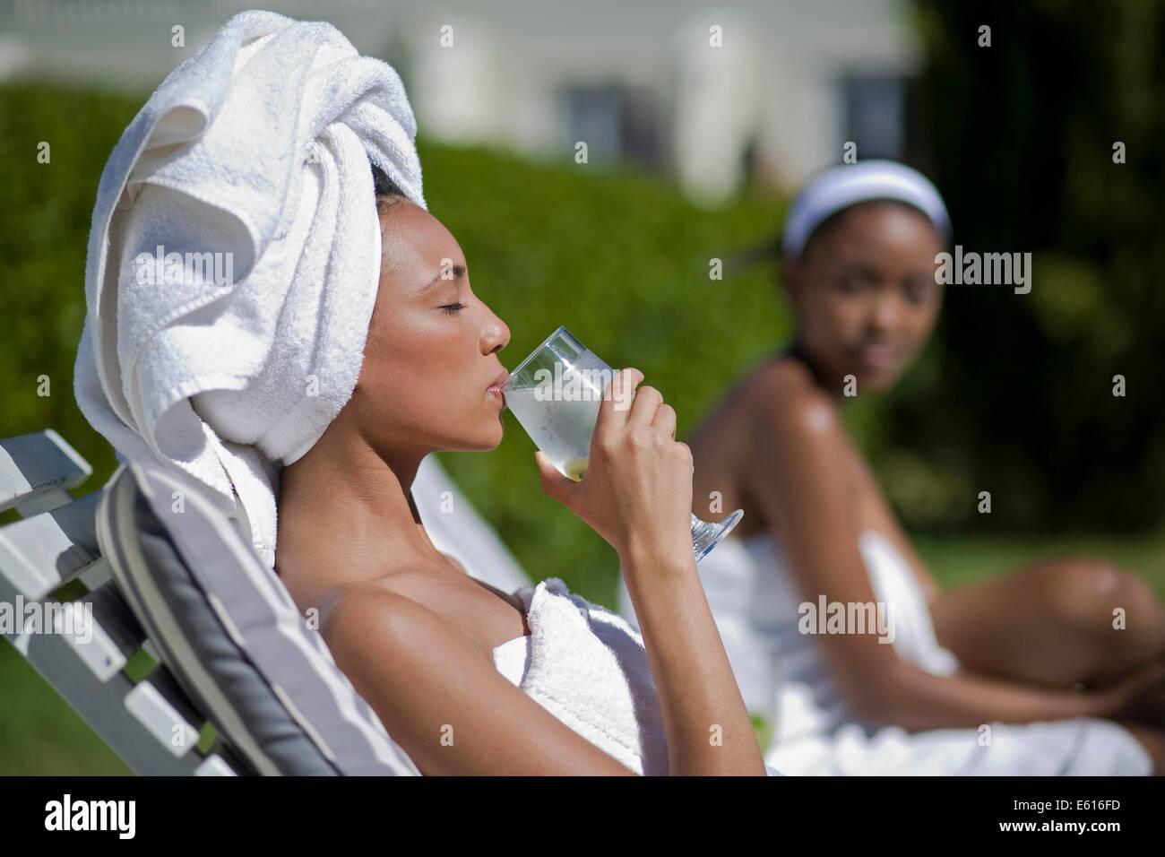 Las mujeres jóvenes están disfrutando de un día de spa y wellness Foto de stock