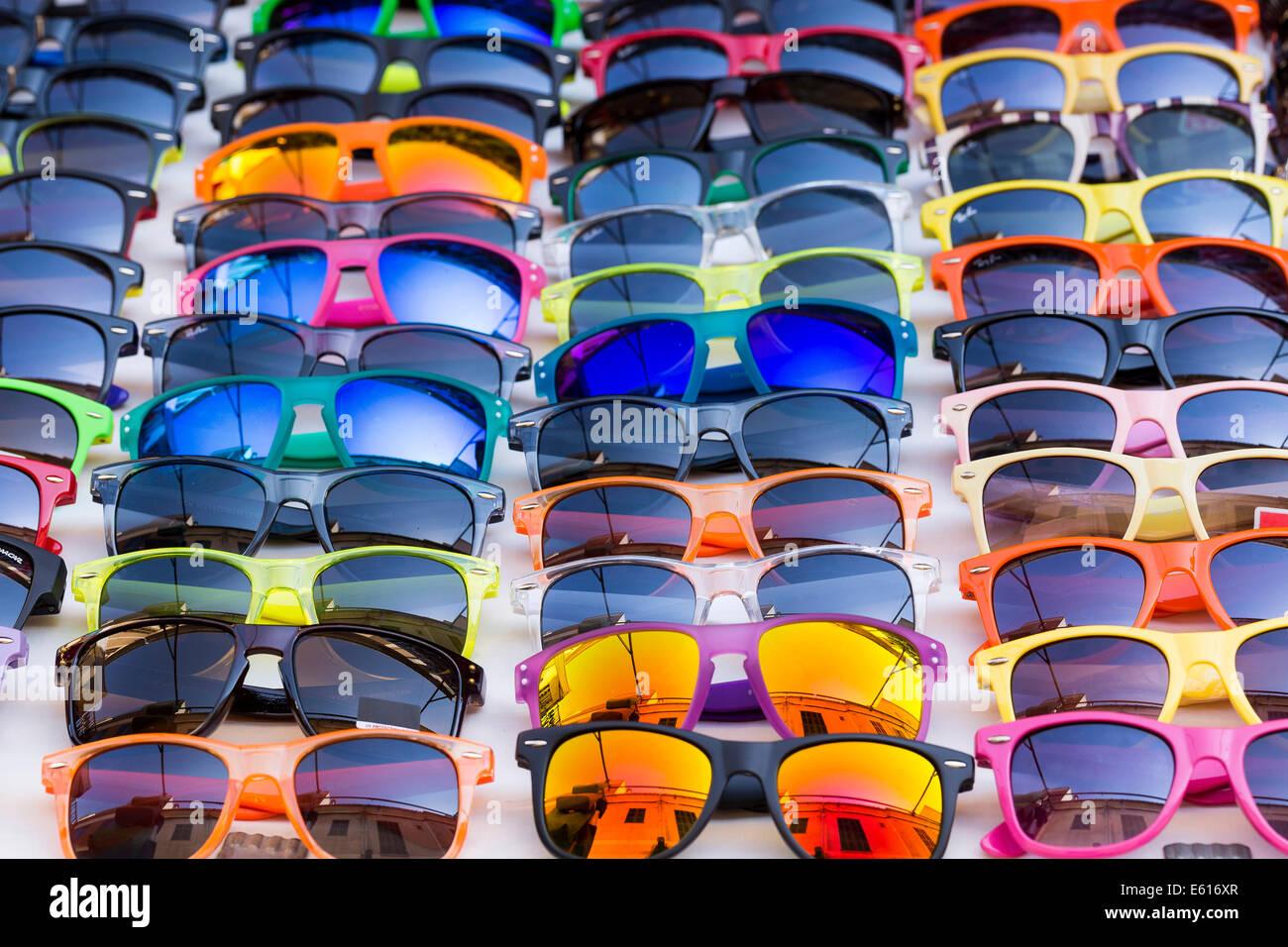 Gafas de sol para la venta, mercado semanal, Santanyi, Mallorca, Islas Baleares, España Imagen De Stock