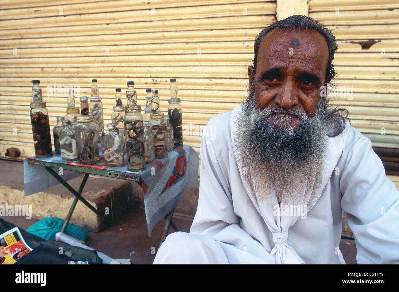 Hombre musulmán remedios de venta hechas de serpientes ( India) Foto de stock