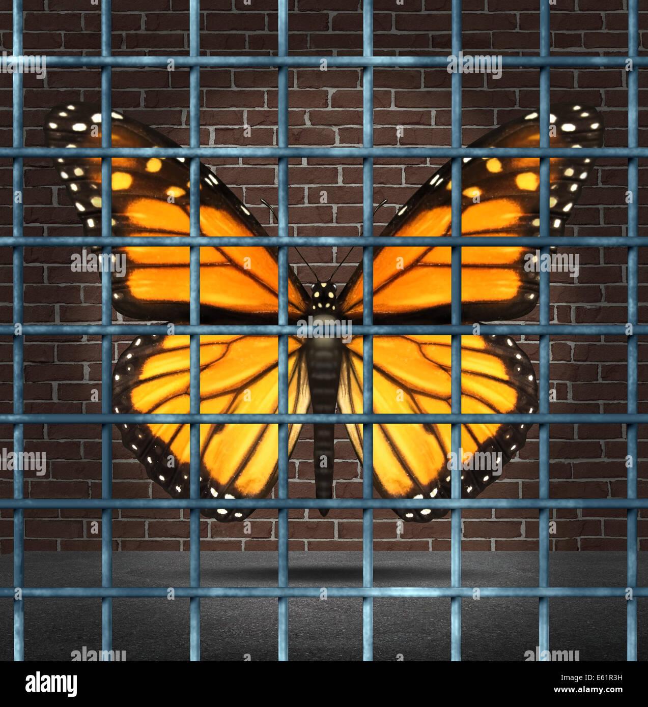 Atrapado creatividad y limitaciones creativo concepto de negocio como una mariposa monarca detrás de los barrotes Imagen De Stock