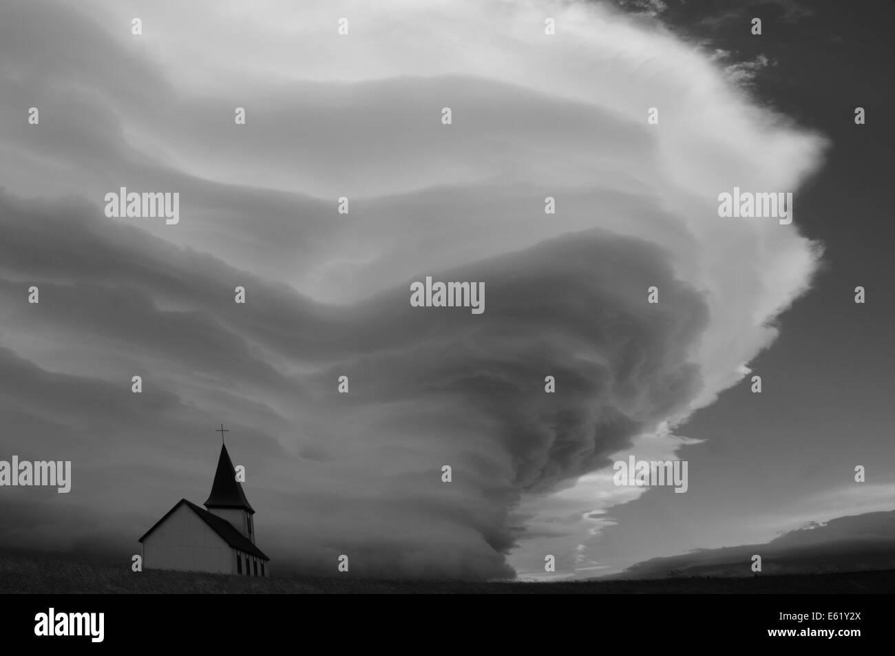 Iglesia en Hellnar bajo dramática batida nube de tormenta de viento abajo Snaefellsjoekull montaña sobre la península de Snaefellsnes, Islandia, Foto de stock