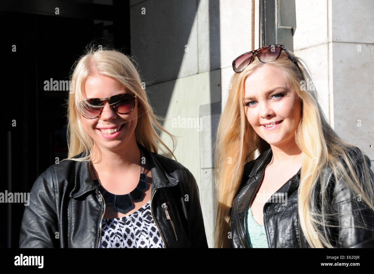 Gente y caras a lo largo de las calles de Reykjavik en Islandia. Dos preciosas rubia señoras islandesas. Foto de stock