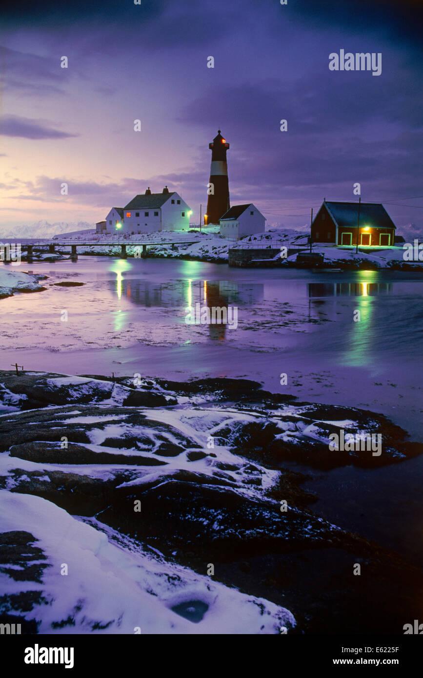 Tran Island Lighthouse enfrente de las islas Lofoten en el norte de Noruega. Imagen De Stock