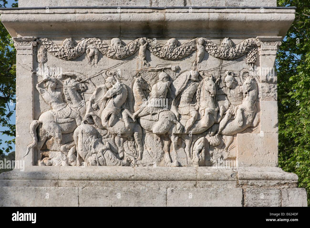 Alivio de pedestal, representando una batalla de caballería, Mausoleo, cenotaph, antigua ciudad romana de Glanum, Imagen De Stock
