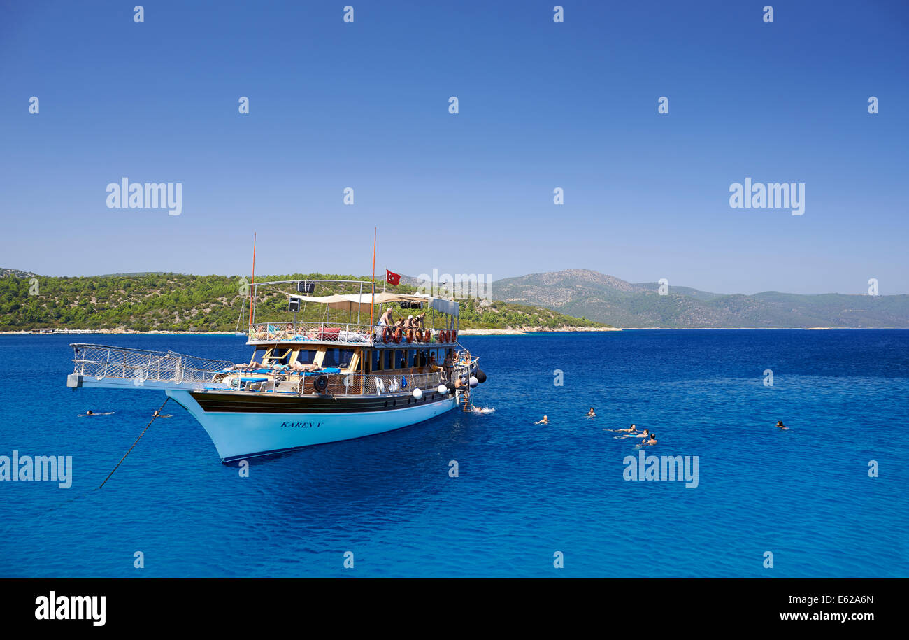 Viaje de placer en barco goleta turca con los turistas. Imagen De Stock