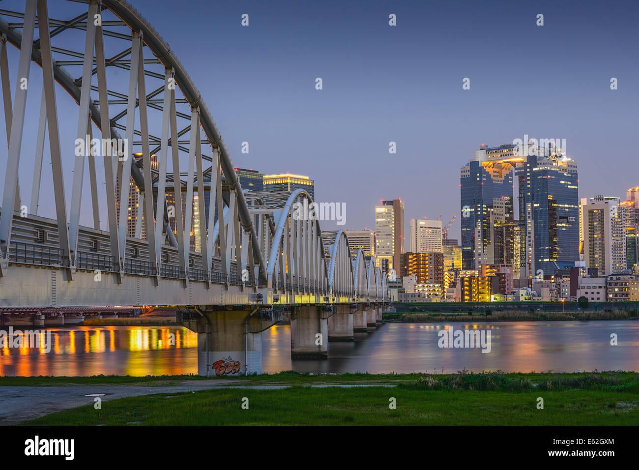Osaka, Japón skyline en Umeda desde el otro lado del río Yodogawa. Imagen De Stock