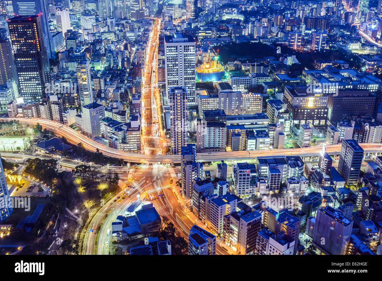 Tokio, Japón, el paisaje urbano a través de Roppongi Junction en la noche. Imagen De Stock