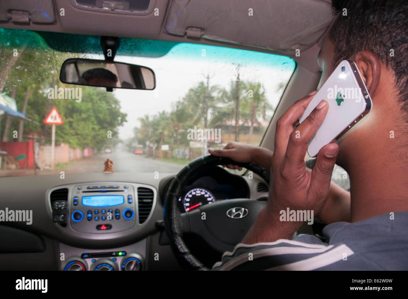 Conduciendo y hablando por teléfono celular móvil Imagen De Stock