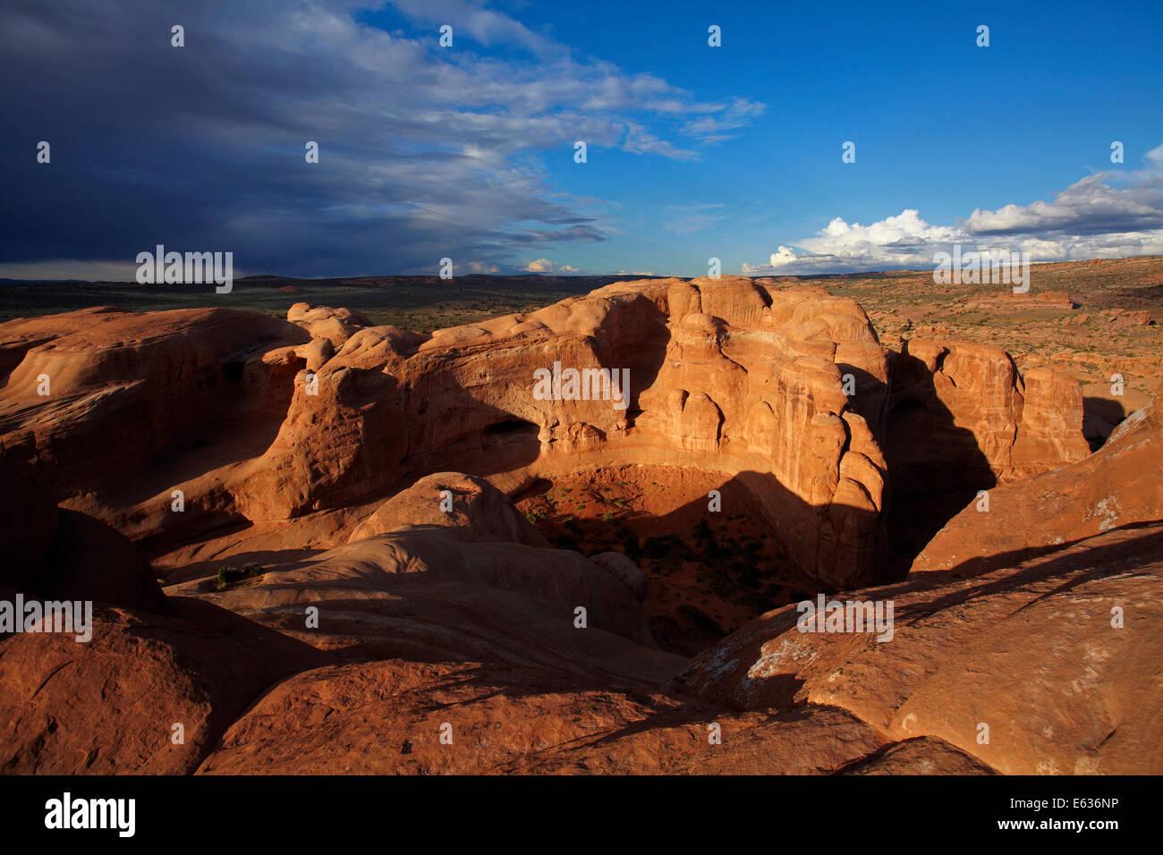 Formaciones rocosas erosionadas cerca de Arco delicado y acercándose a nubes de tormenta, el Parque Nacional Imagen De Stock