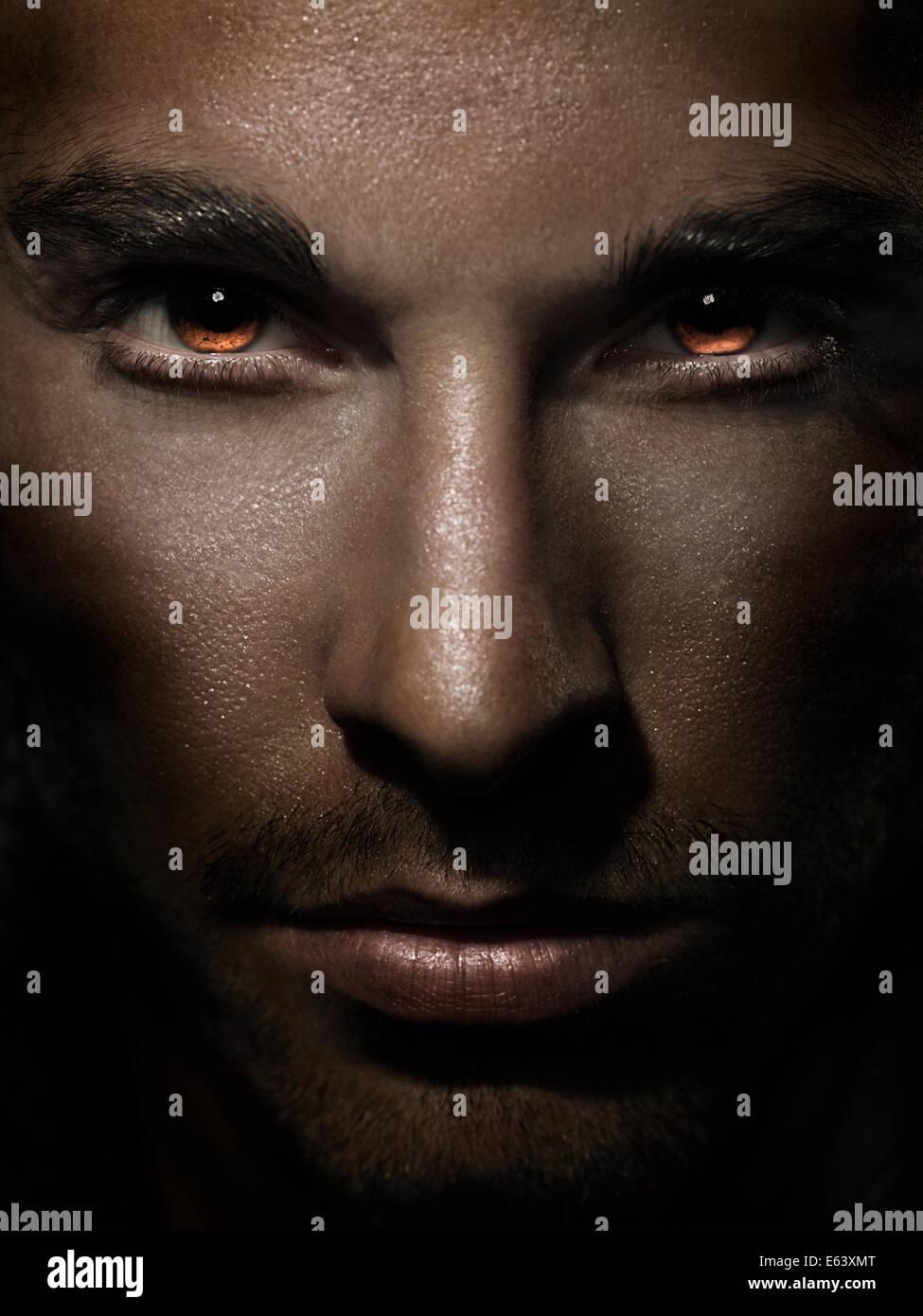 Closeup dramática del hombre frente a una feroz en los ojos ardor con rojo Imagen De Stock