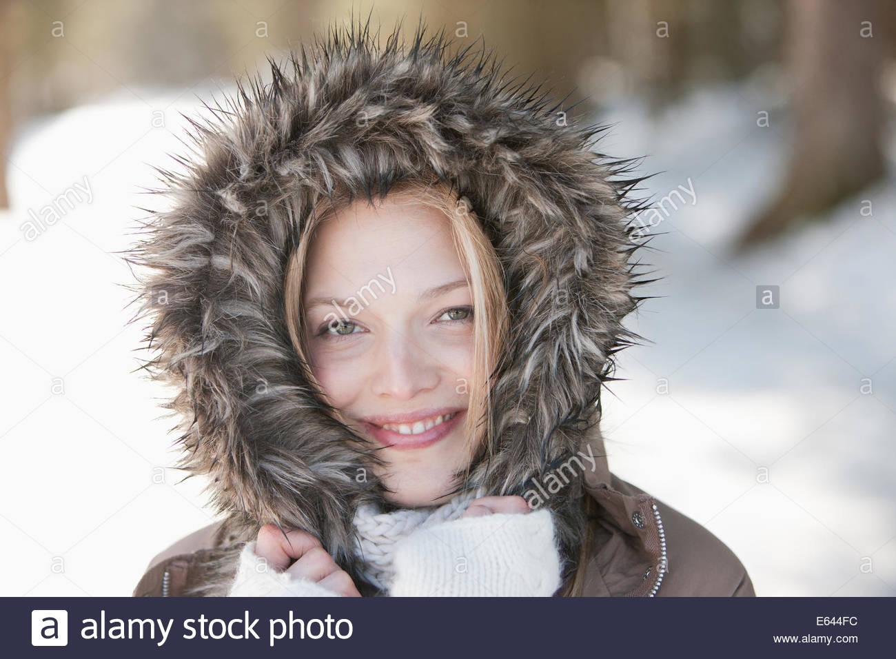Retrato de mujer sonriente vistiendo pieles abrigo del capó Imagen De Stock