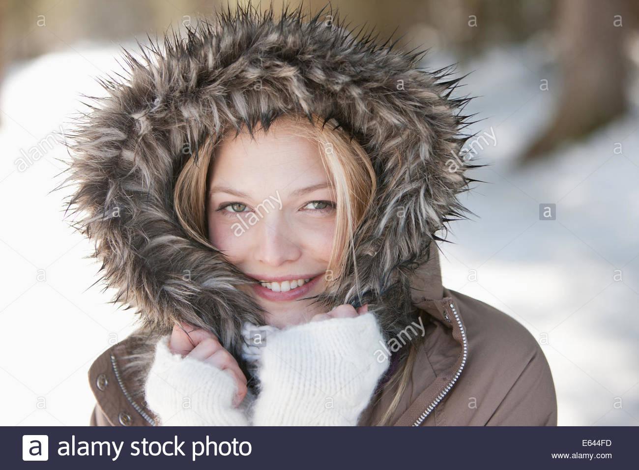 Retrato de mujer sonriente vistiendo pieles abrigo del capó Foto de stock
